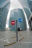 Parkeringsplatser av kontorsbyggnadar. royaltyfri illustrationer