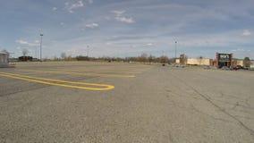 Parkeringsplatser parkeringshus, parkerade bilar arkivfilmer
