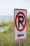 Parkeringstecken på en strand Arkivbilder