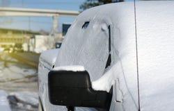 Parkfahrzeug bedeckt im Schnee in der Stadt lizenzfreies stockbild