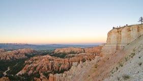Parkgoers die van een zonsondergang over Bryce Canyon National Park, UT genieten Royalty-vrije Stock Afbeelding