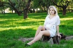 parkgravid kvinnabarn Arkivfoto