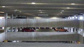 Parkhäuser, Autos, Lose, kaufend stock video
