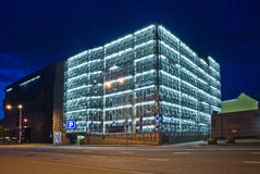 Parkhaus nachts lizenzfreie stockfotografie