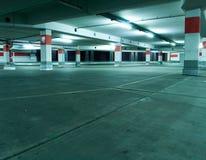 Parkhaus, unterirdisch Innenraum lizenzfreie stockfotos