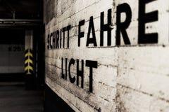 Parkhauswand mit Warnbriefen Lizenzfreies Stockfoto