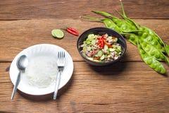 被射击的Parkia speciosa豆用从在泰国美丽的泰国foo南部的蒸汽米(Sa垫突岩钾pi Moo)传统泰国食物 库存照片