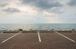 Parking avec le paysage marin images stock
