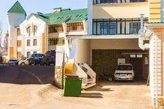 Parking of cars at multiroom cottages Stock Photography