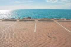 Parking concret de l'espace vide sur la côte avec le beau fond de paysage marin Photographie stock libre de droits