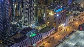 Parking de voiture avec la piscine de dessus de toit vue du timelapse ci-dessus de nuit, vue supérieure aérienne Duba?, EAU clips vidéos