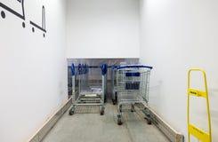 Parking dla wózek na zakupy w IKEA Samara sklepie Fotografia Royalty Free