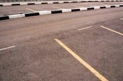 Parking extérieur d'asphalte de l'espace vide avec les taches blanches Photos stock
