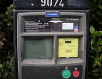 Parking metr w Dublin, Irlandia z instrukcjami w Angielskim i Irlandzkim j?zyku obrazy royalty free