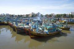 Parking łodzie rybackie przy usta rzeka Sa Tu miasteczko Mui Ne Wietnam Fotografia Royalty Free