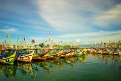 Parking łodzie w Pelabuhan Ratu obraz stock