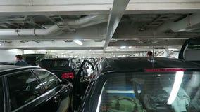 Parking pokład w promu od Kiel Oslo (Niemcy) Ludzie dostaje przygotowywający opuszczać prom zdjęcie wideo