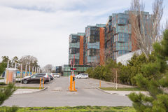 Parking przed elita mieszkaniową powikłaną Złotą zatoką w Anapa zdjęcia stock