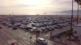 Parking przy Snata Monica molem na ruchliwie dniu KWIECIEŃ 1, 2019 - LOS ANGELES, usa - zdjęcie wideo