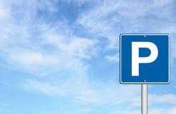 Parking ruch drogowy znak z niebieskim niebem ilustracji