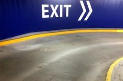 Parking samochodowego wyjścia znak z kierunkową strzała Zdjęcie Royalty Free