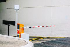 Parking samochodowy bariera, system bezpieczeństwa dla budować dostęp - bariery bramy przerwa z ruchów drogowych rożkami i cctv zdjęcie stock