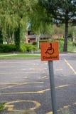 Parking samochodowy dla obezwładnia ludzi, znaki pokazuje dostęp dla obezwładnia ludzi tylko Obraz Stock