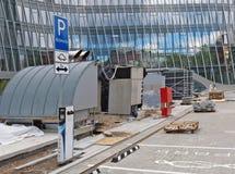 Parking samochodowy i ładuje stacja dla elektrycznych maszyn Obrazy Stock