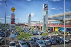 Parking samochodowy na zewnątrz G Dwa reklamy centrum Obrazy Royalty Free