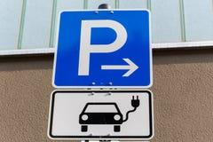 Parking teren dla elektrycznych samochodów ładować zdjęcie royalty free