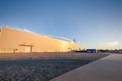 Parking teren na zewnątrz dużego magazynu Miastowy, przemysłowy obraz stock