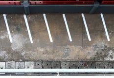 Parking vide avec la ligne blanche vue supérieure de marque d'en haut photographie stock libre de droits