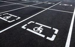 Parkings avec des lignes de symbole et d'inscription de fauteuil roulant Photos stock