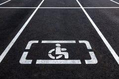 Parkings avec les lignes handicapées de symbole et d'inscription Photographie stock libre de droits