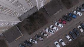 Parkings dans le secteur de dortoir banque de vidéos
