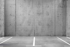 Parkings vides dans un garage image libre de droits