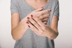 Parkinson-` s Krankheits-Symptome Schließen Sie oben vom Zittern, das Hände Frauenpatienten des von mittlerem Alter mit Parkinson lizenzfreie stockbilder