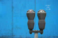 Parkmeters sobre o azul Fotos de Stock