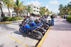 Parkmotorräder und Art- DecoGebäude im Miami Beach, Florida stockfotos