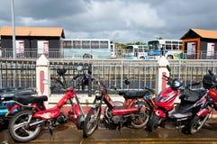 Parkmotorräder und Busse Lizenzfreie Stockfotografie