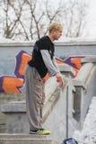 Parkour在公园-白肤金发的人少年准备好杂技跃迁-轻碰 免版税库存图片