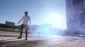 Parkour di pratica dell'uomo con il bastone del fumo stock footage