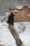 Parkour die in het park van de de wintersneeuw springen - free-run opleiding Stock Afbeelding