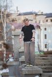 Parkour en el parque del invierno - adolescente rubio del individuo listo para el salto acrobático - tirón Fotos de archivo libres de regalías