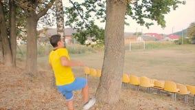 Parkour et relaxé fait un combiné dans au ralenti clips vidéos
