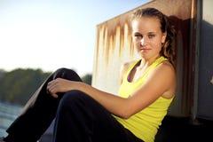 Parkour Mädchen Freerunner auf städtischer Stadt-Dachspitze Stockfoto
