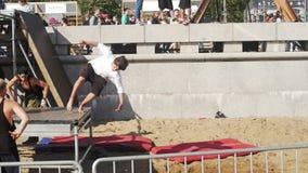 Parkour utbildning Kondition sport unga grabbar stock video