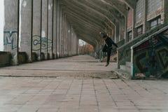 Parkour in verlassenem Stadion lizenzfreie stockbilder