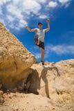 Parkourmens die hoog over rotsachtige bergen springen royalty-vrije stock afbeeldingen