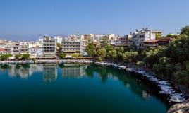 Parkować łodzie w schronieniu Agios Nikolaos miasteczko Fotografia Royalty Free